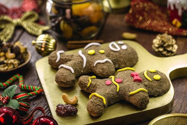 クリスマスのジンジャーブレッドクッキー、自家製ジンジャーブレッドマン、焼かれている、果物とナッツの周り