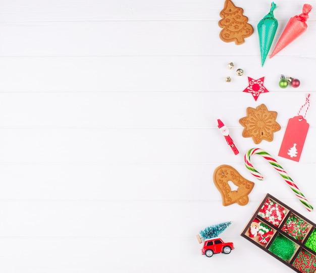 크리스마스 진저 쿠키, 장식 가방, 뿌리 및 흰색 나무 바탕에 장식. 평면도, 평면 누워.