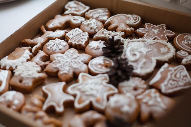 ボックス内のクリスマスジンジャーブレッドクッキー