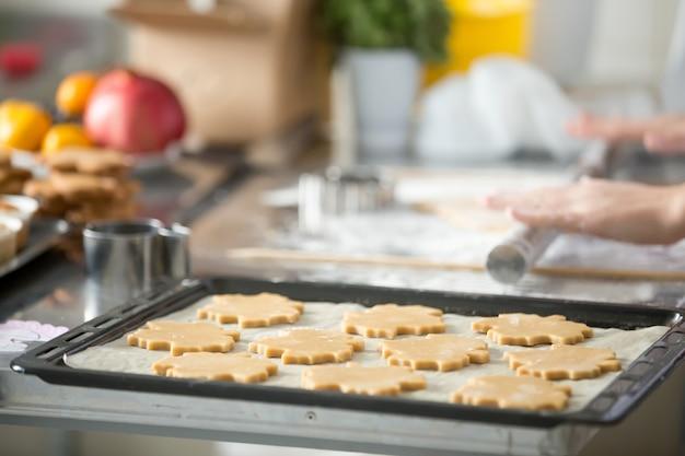 トレイ上の行のクリスマスジンジャーブレッドクッキー