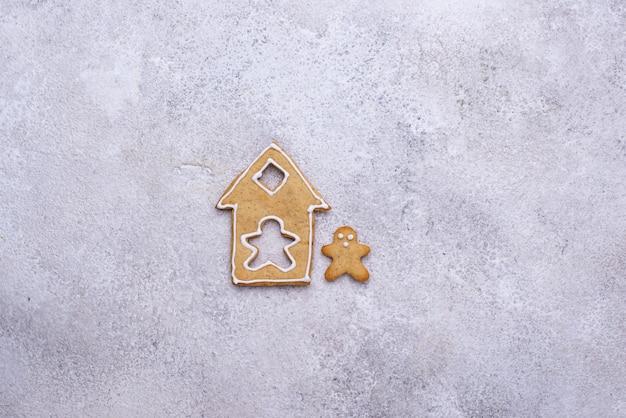 家と男の形をしたクリスマスジンジャーブレッドクッキー。家にいるコンセプト