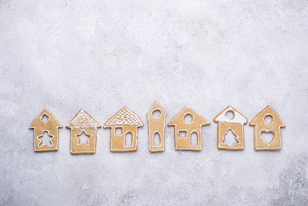 冬の家の形をしたクリスマスジンジャーブレッドクッキー