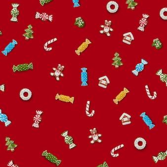 赤い背景にさまざまな形のクリスマスジンジャーブレッドクッキー。