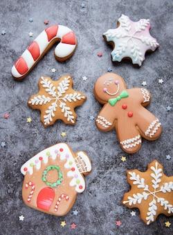 검은 콘크리트 배경에 크리스마스 진저 쿠키입니다. 집에서 만든 맛있는 크리스마스 진저 브레드