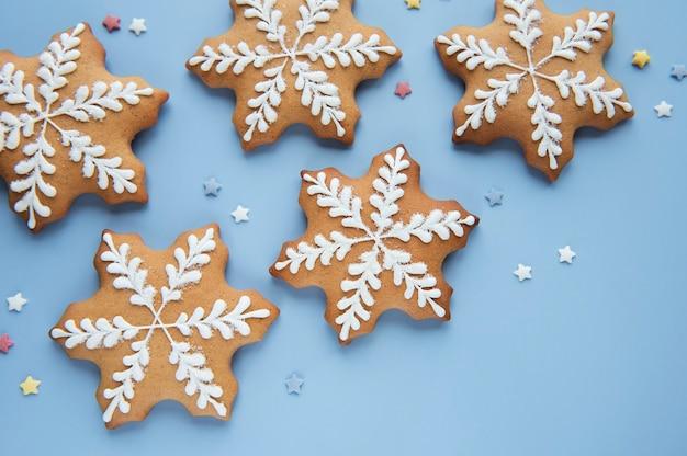 파란색 배경에 크리스마스 진저 쿠키입니다. 집에서 만든 맛있는 크리스마스 진저 브레드