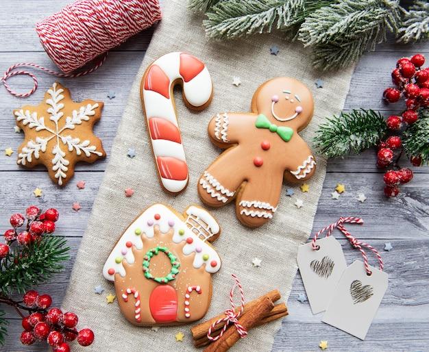 어두운 배경에 크리스마스 진저 쿠키입니다. 집에서 만든 맛있는 크리스마스 진저 브레드