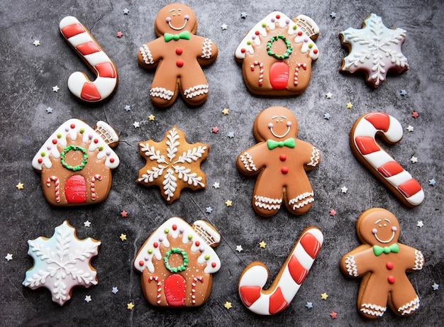 暗い背景のクリスマスジンジャーブレッドクッキー。自家製のおいしいクリスマスジンジャーブレッド