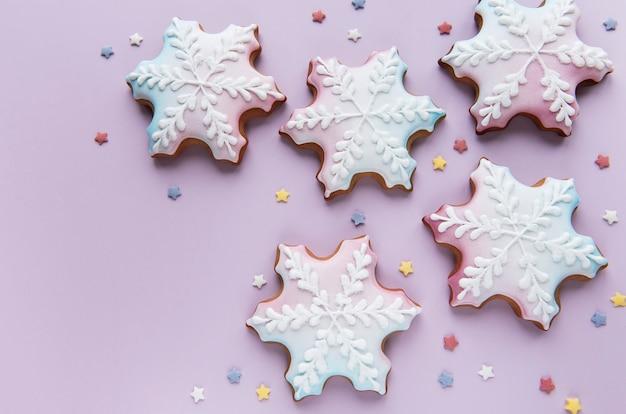 분홍색 배경에 크리스마스 진저 쿠키입니다. 집에서 만든 맛있는 크리스마스 진저 브레드