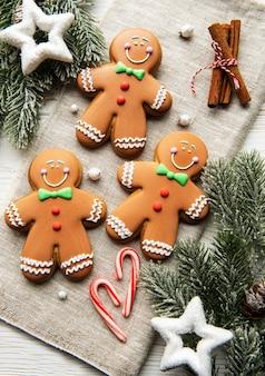 섬유 배경에 크리스마스 진저 쿠키입니다. 집에서 만든 맛있는 크리스마스 진저 브레드