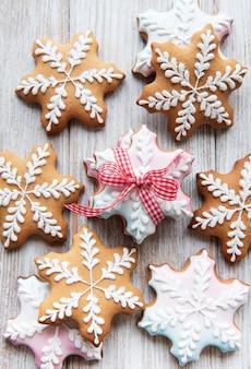 흰색 나무 바탕에 크리스마스 진저 쿠키입니다. 집에서 만든 맛있는 크리스마스 진저 브레드