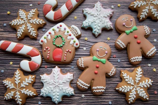 나무 배경에 크리스마스 진저 쿠키입니다. 집에서 만든 맛있는 크리스마스 진저 브레드