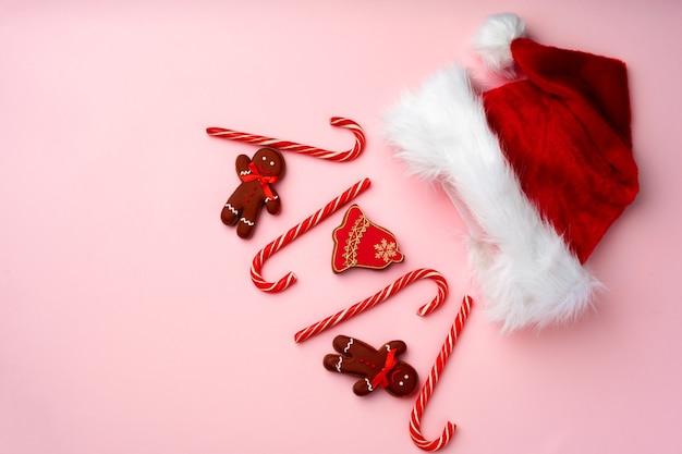 Рождественские пряники на розовом фоне, вид сверху, плоская планировка