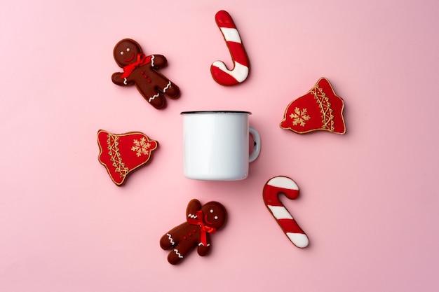 ピンクの背景の上面図にクリスマスジンジャーブレッドクッキー
