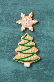 Рождественские пряники на зеленом столе