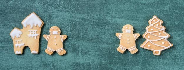 緑のテーブルの上のクリスマスジンジャーブレッドクッキー