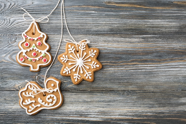 木製のテーブルの上のクリスマスのジンジャーブレッドクッキー