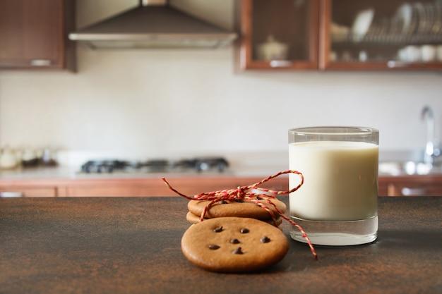 キッチンでサンタのためのクリスマスジンジャーブレッド自家製クッキーと牛乳