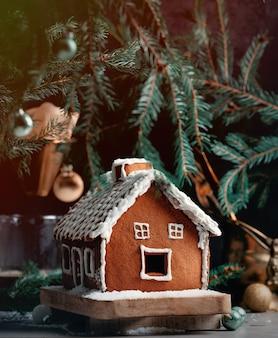 クリームで飾られたクリスマスジンジャーブレッドハウス
