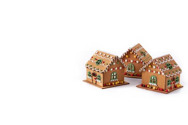 白い背景で隔離のクリスマスジンジャーブレッドの家