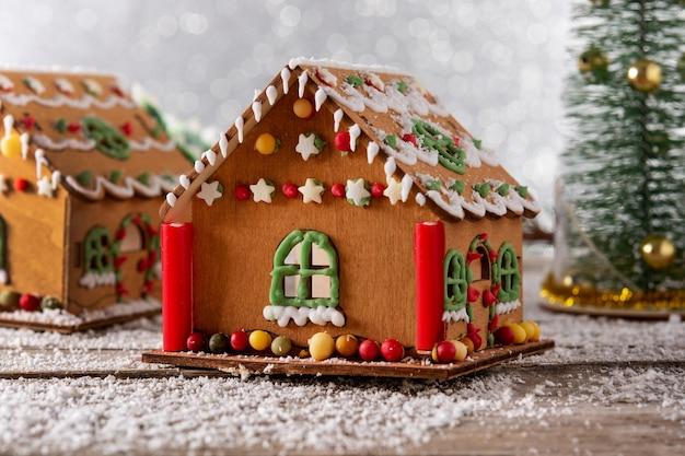 白いキラキラ背景にクリスマスジンジャーブレッドの家