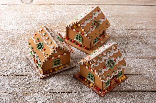 木製の背景にクリスマスジンジャーブレッドの家