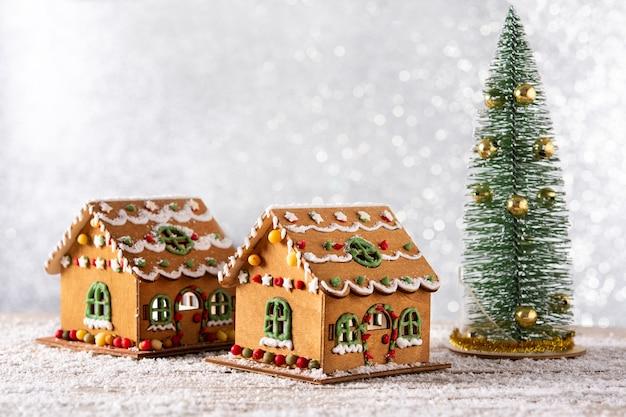 木製のテーブルの上のクリスマスジンジャーブレッドの家