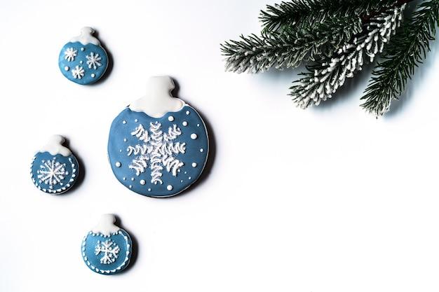 白い背景の上のおもちゃの形のクリスマスジンジャーブレッド、フラットレイ、