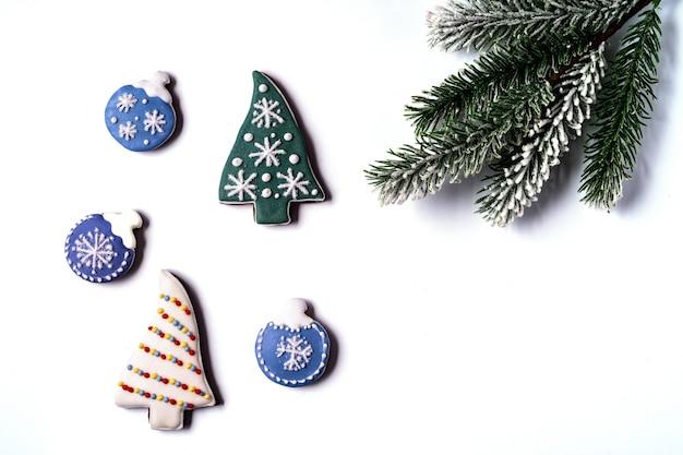 Рождественские пряники, изолированные на белом фоне. форма колокола. плоская планировка