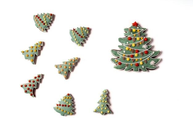 白い背景で隔離のクリスマスジンジャーブレッド。スノーフレーク、スプルース、スター、コーン、スター、ベルシェイプフラットレイ