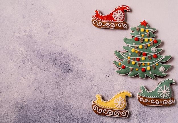 Рождественские пряники на сером фоне бетона. крупным планом, плоская планировка.