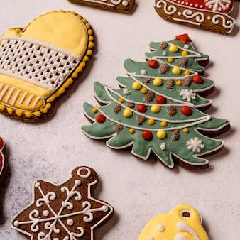 Рождественские пряники на сером фоне бетона. закройте вверх. снежинка, ель, звезда, сани, конус, звезда, форма колокольчика.