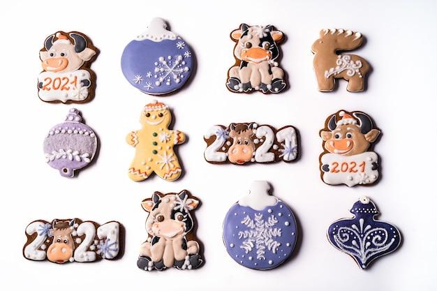 白い背景の上のクリスマスジンジャーブレッド、フラットレイ、クローズアップ。