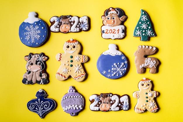 黄色の背景にクリスマスジンジャーブレッド、フラットレイ、クローズアップ。