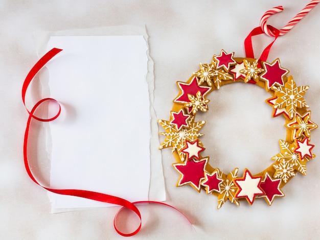 Рождественский пряничный венок и лист бумаги