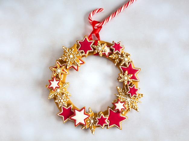 Рождественский пряничный венок, изолированные на белом фоне