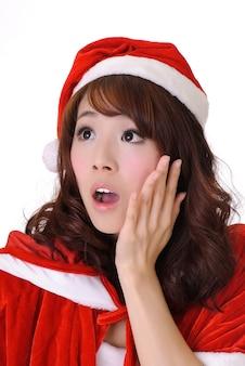 クリスマスの女の子、白い壁に半分の長さのクローズアップの肖像画。