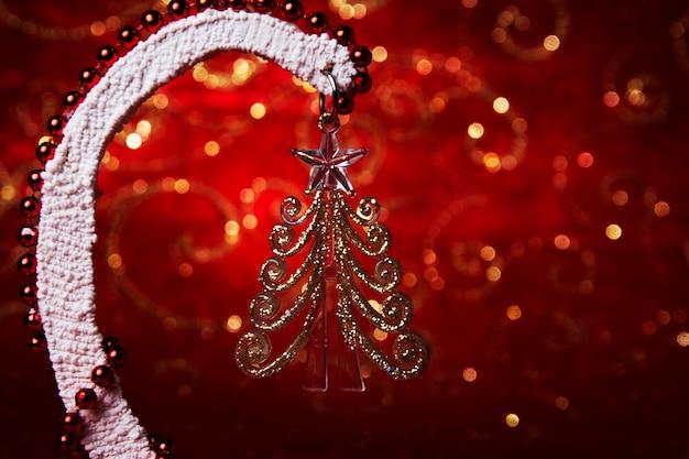 クリスマスグラスヘリンボーン。お正月のお土産。赤い背景にお祝いのはがき