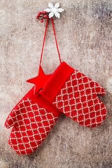 Рождественские перчатки, висящие на стене