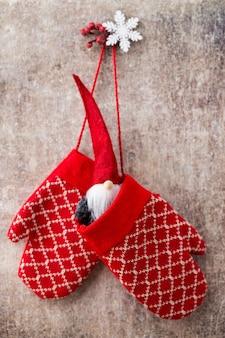 壁にクリスマスの手袋