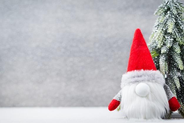 Рождественский гном и шляпа санта-клауса. рождественские украшения фон