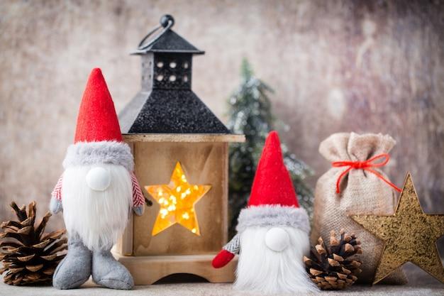 クリスマスのノームとサンタの帽子。クリスマスの飾り