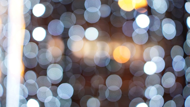 クリスマスの金の背景。黄金の休日の輝く背景。星が点滅している焦点がぼけた背景。ぼけボケカーテン