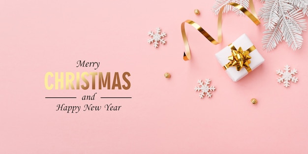 파스텔 핑크 배경에 크리스마스 골드 장식