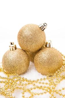 크리스마스 트리 장식을 위한 크리스마스 황금 공과 흰색 배경, 크리스마스 장난감, 클로즈업, 복사 공간