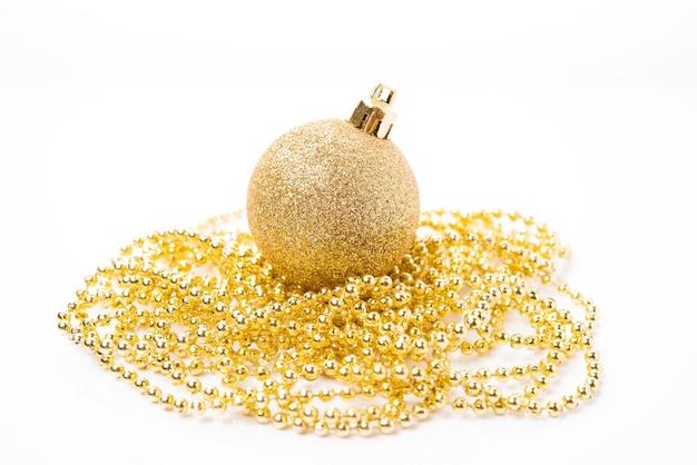흰색 바탕에 크리스마스 트리 장식 및 휴일 장식을 위한 크리스마스 황금 공, 크리스마스 장난감, 클로즈업