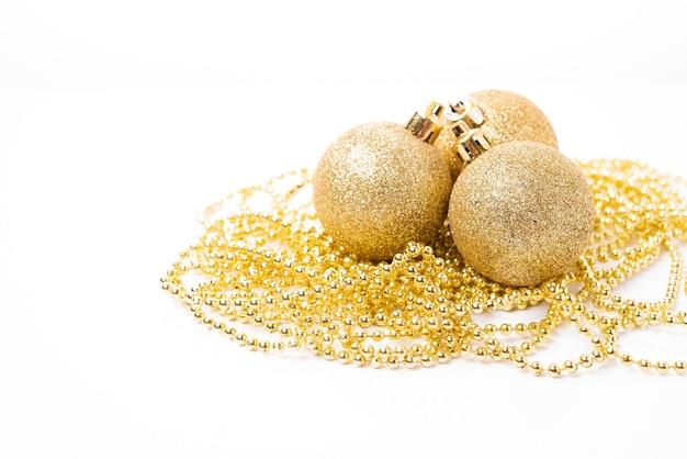 흰색 배경에 크리스마스 트리 장식 및 휴일 장식을 위한 크리스마스 황금 공, 크리스마스 장난감, 복사 공간