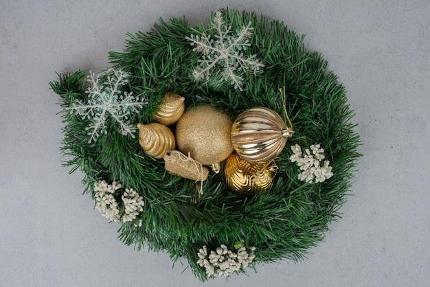 녹색 반짝이에 크리스마스 황금 공입니다.