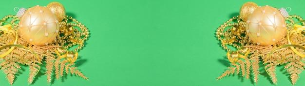녹색 종이에 황금 크리스마스 장식 프레임 크리스마스 황금 공