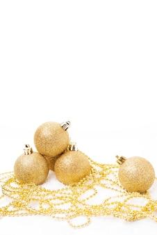 크리스마스 트리 장식을 위한 크리스마스 황금 공과 흰색 바탕에 크리스마스 장난감, 복사 공간