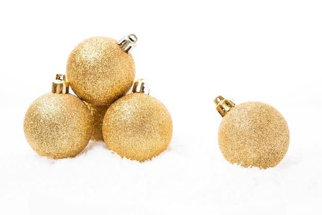 흰색 배경에 크리스마스 트리 장식을 위한 크리스마스 황금 공, 크리스마스 장난감, 클로즈업, 복사 공간